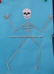 making-puppet-with-ear-stick-for-preschool